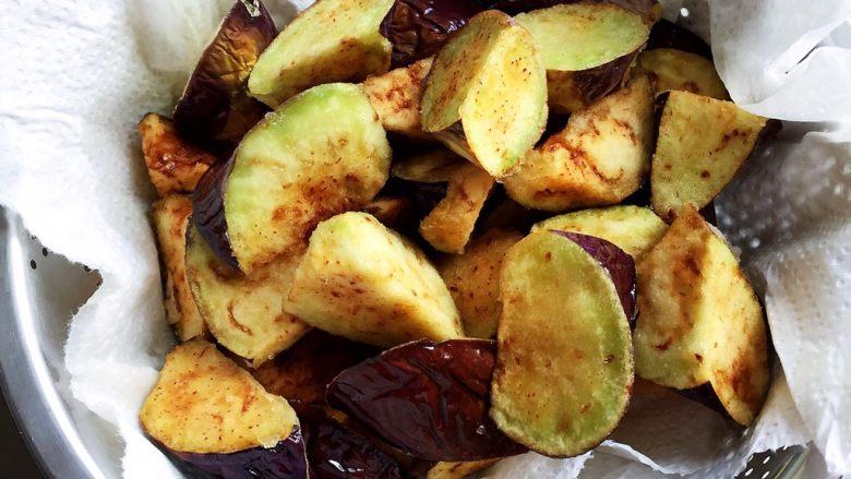 烧茄子,大火热油,9成热时倒茄子块炸,表面焦黄捞出。