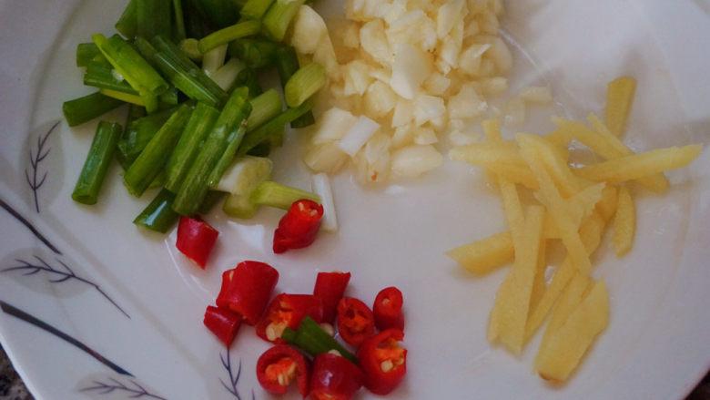 香辣鸡翅尖,还有适量的红米椒(红米椒可根据个人口味来增减)