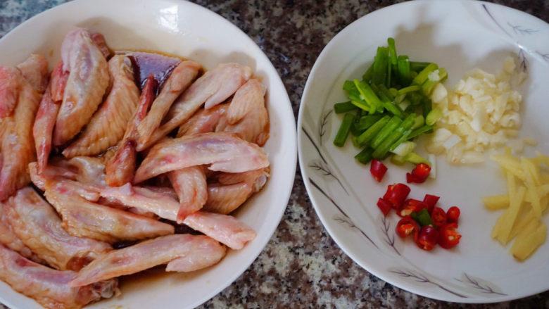 香辣鸡翅尖,这样食材都已经准备好啦