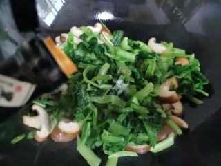 香菇炒青菜,加入生抽。