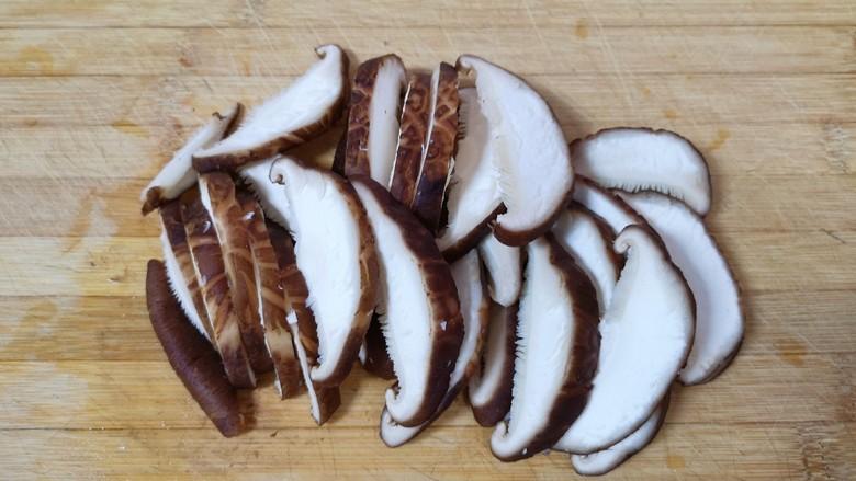 香菇炒青菜,切成片。