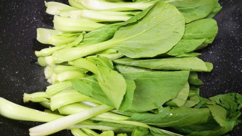 香菇炒青菜,下入青菜。