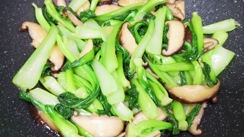 香菇炒青菜,翻炒均匀即可。