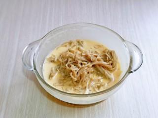 油炸金针菇,放入要腌制好的金针菇。