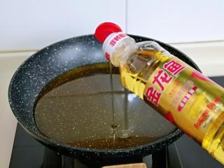 油炸金针菇,起油锅,倒入食用油。