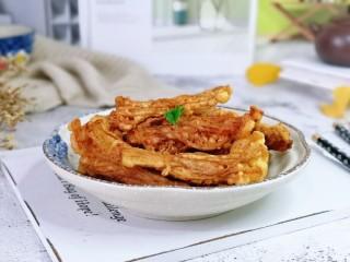 油炸金针菇,趁热撒上孜然粉,拌均匀,金针菇摇身一变小吃。
