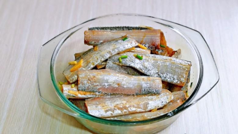 椒盐带鱼,戴上食品手套,抓拌均匀,腌制30分钟以上。(腌制的时间长一点会更加入味)
