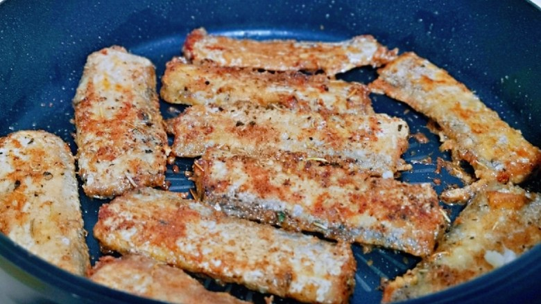 椒盐带鱼,两面各煎至1分钟即可关火出锅。