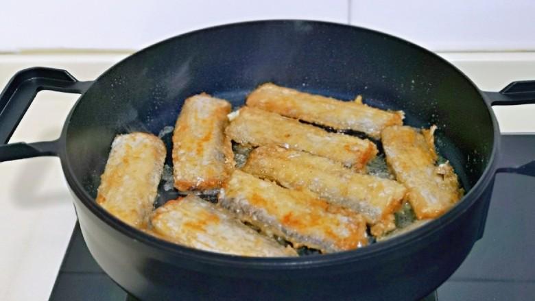 椒盐带鱼,中小火煎至两面金黄。