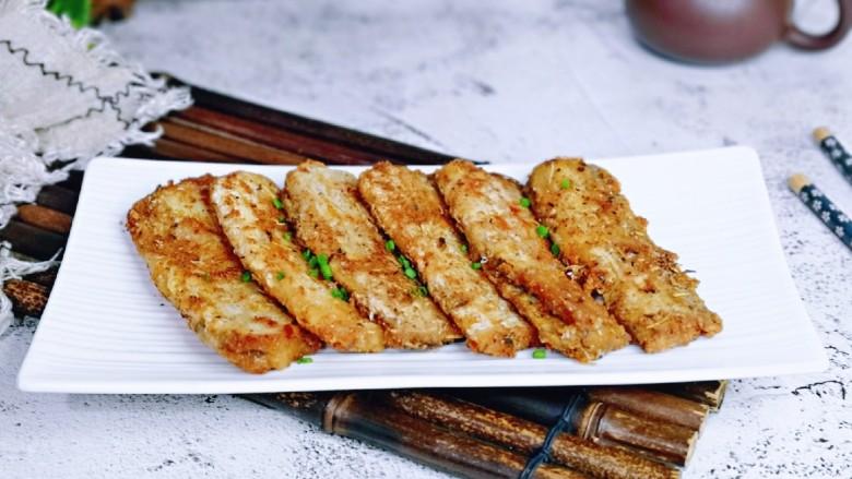 椒盐带鱼,盛出装盘,撒上葱花。