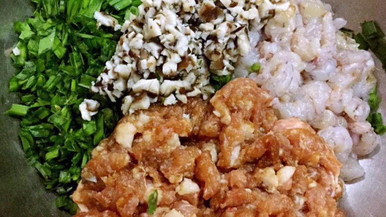 三鲜小馄饨,香菇切粒和猪肉馅、虾仁、韭菜一起放入容器中