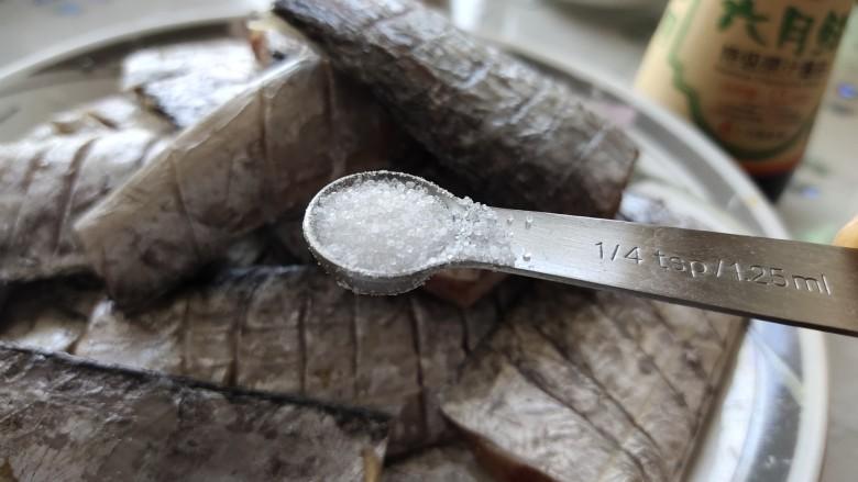 椒盐带鱼,取出姜丝,倒出料酒,加一小勺盐