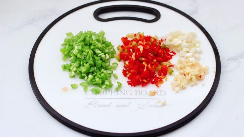 茄丁牛肉青椒包,青汁辣椒用刀切成小丁,葱<a style='color:red;display:inline-block;' href='/shicai/ 37'>姜</a>切碎。