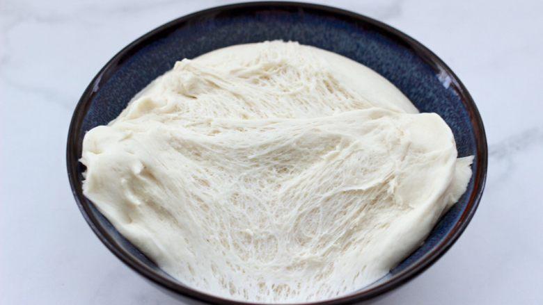 茄丁牛肉青椒包,发酵好的面团呈蜂窝状。