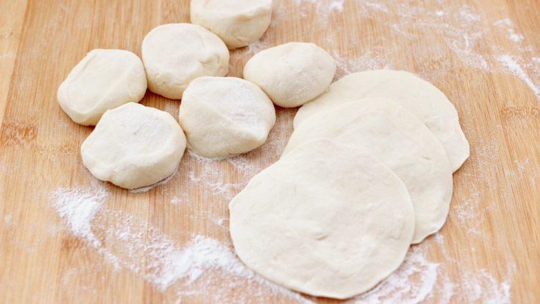 茄丁牛肉青椒包,排气揉匀后切小剂子,用擀面杖擀成圆形面皮。