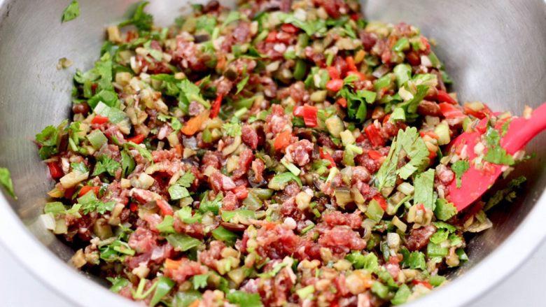茄丁牛肉青椒包,把所有的食材混合搅拌均匀,馅料就做好了。