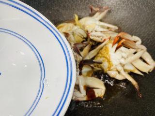 红烧梭子蟹,加入小半碗热水盖上锅盖焖煮至熟