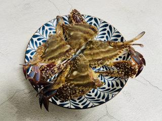 红烧梭子蟹,用刀将梭子蟹对半切开装盘备用