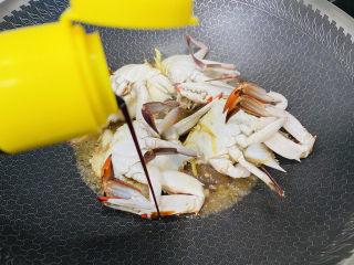 红烧梭子蟹,烹入生抽