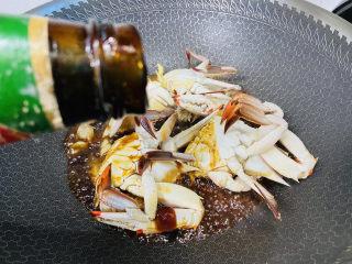 红烧梭子蟹,烹入少许蚝油