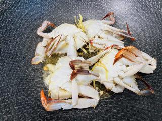 红烧梭子蟹,然后再将梭子蟹盖子朝下炒至蟹壳变红