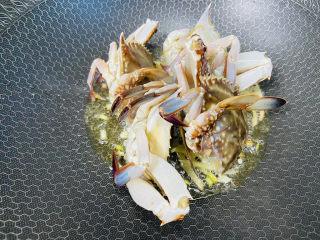 红烧梭子蟹,放入梭子蟹,切口朝下煎三至五分钟使肉质凝固