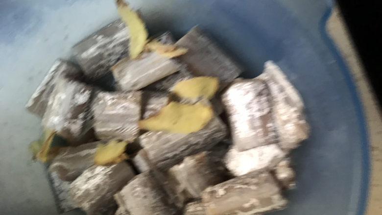 椒盐带鱼,带鱼装入盆里,加入适量姜片