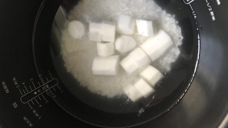 山药枸杞粥,把米和山药都放入锅中,加入适量的清水