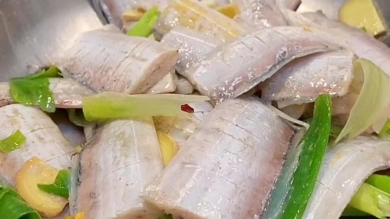 椒盐带鱼,抓拌均匀,腌制30分钟。