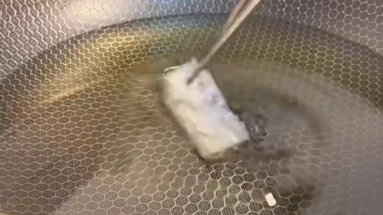 椒盐带鱼,油温七成热下入带鱼炸。