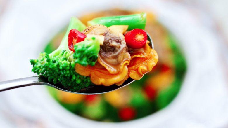 毛蛤酱拌西兰花,酱香浓郁又鲜美无比,吃上一口太爽了,开胃下饭又营养丰富。