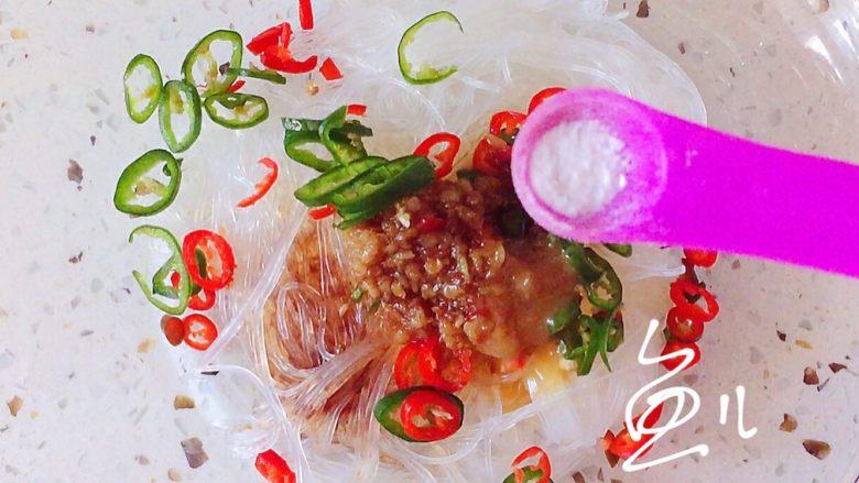 蒜蓉粉丝蒸金针菇,放入食盐