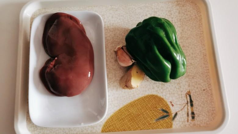 青椒炒猪腰,食材准备好