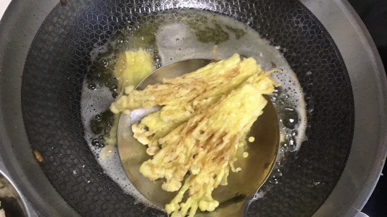 油炸金针菇,炸至金黄色捞出