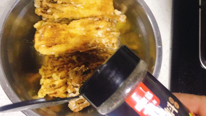 油炸金针菇,加入适量烧烤料