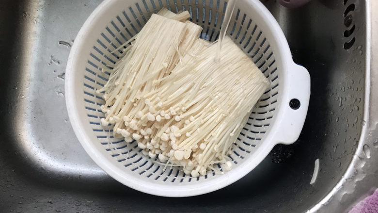 油炸金针菇,清洗干净,动作要轻柔,不要把金针菇弄散了