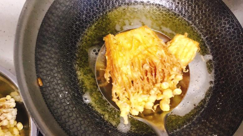 油炸金针菇,再全部捞出沥干油