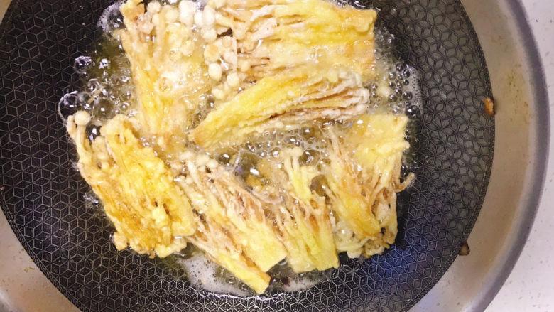 油炸金针菇,全部炸完后复炸一遍20秒,更酥脆