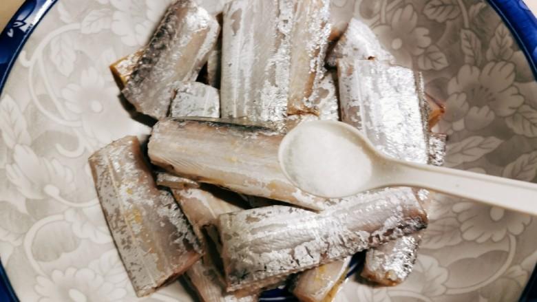 椒盐带鱼,清洗干净的带鱼放入大碗里