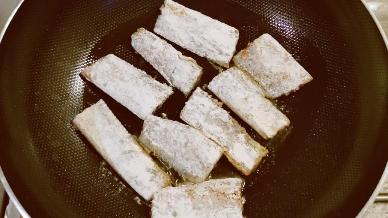 椒盐带鱼,依次放入热油中煎制