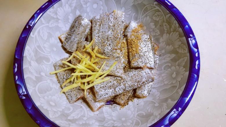 椒盐带鱼,抓拌均匀 腌制30分钟