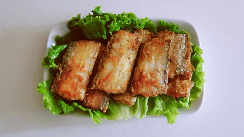 椒盐带鱼,将煎好的带鱼摆到生菜上面