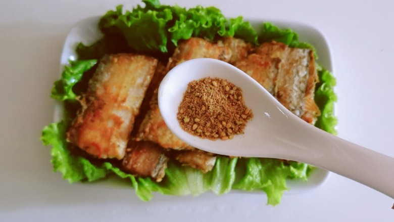 椒盐带鱼,均匀撒上剩下的芝麻椒盐