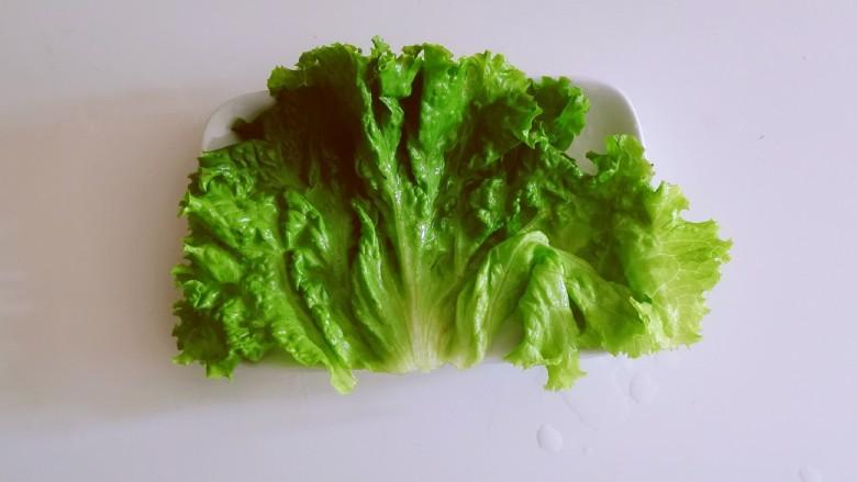 椒盐带鱼,取一盘子 铺上生菜叶