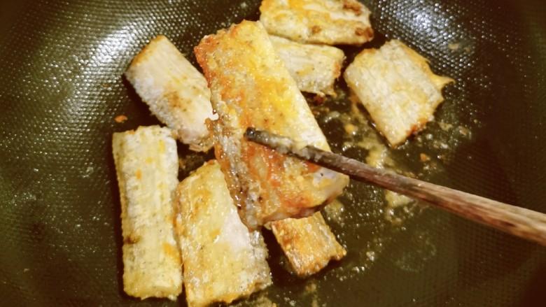 椒盐带鱼,煎至两面金黄色出锅