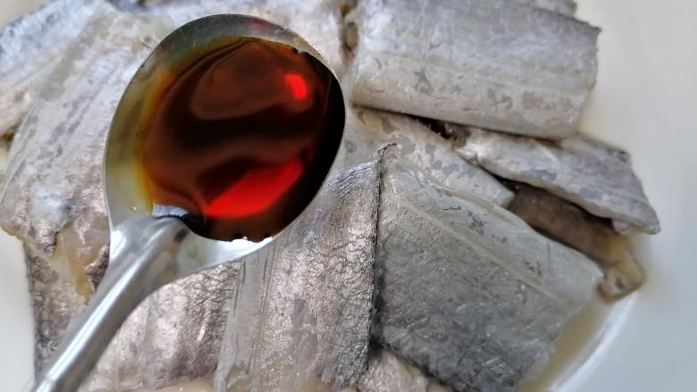 椒盐带鱼,加入一勺<a style='color:red;display:inline-block;' href='/shicai/ 788'>生抽</a>提鲜