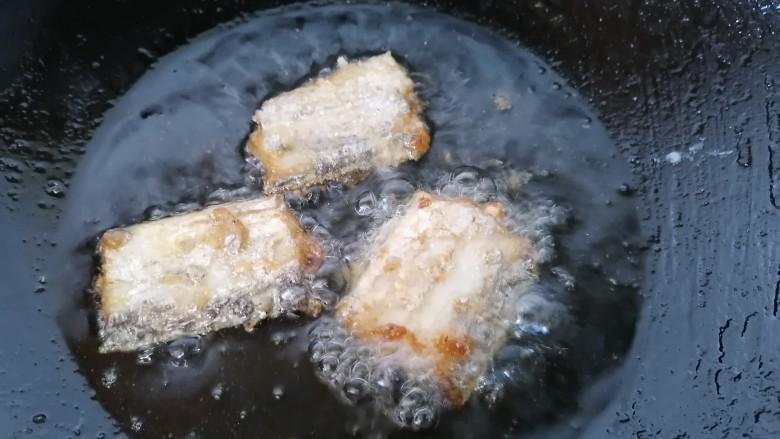 椒盐带鱼,一面炸好翻一面继续炸,炸至两面金黄