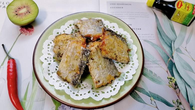 椒盐带鱼,拍上成品图,一道香酥可口的椒盐带鱼就完成了。