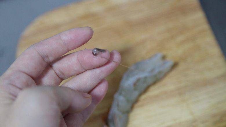 玉米炒虾仁,挑出虾线