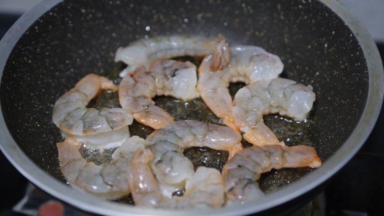玉米炒虾仁,锅里倒少许油,烧热后放入虾仁慢煎